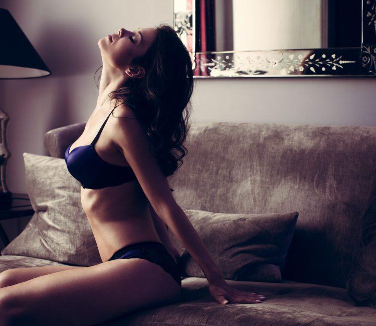 vrouw in blauwe lingerie